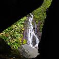 岩の合間から吐竜の滝の一部